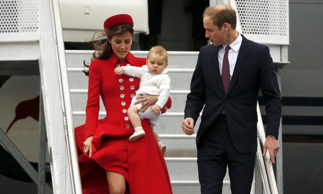 TROSSER PROTOKOLLEN: Selv om den kongelige britiske protokollen sier at tronarvinger ikke skal ta fly sammen, har man ofte kunne se prins William reise med sin eldste sønn, prins George. Her er de i 2013. Foto: NTB Scanpxi
