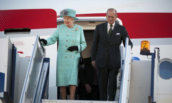 PÅ REISEFOT: Dronning Elizabeth er stadig på farten, tross sin høye alder. Nå kommer det frem at den britiske kongefamilien har en rekke ting med seg når de er på kongelige reiser. Her er dronningen og prins Phillip på statsbesøk til Australia i 2011. Foto: NTB Scanpix