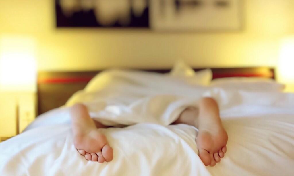 VARMT: Når temperaturen på soverommet blir høy, kan det bli vanskelig å sove. Men det fins råd. Foto: Pexels