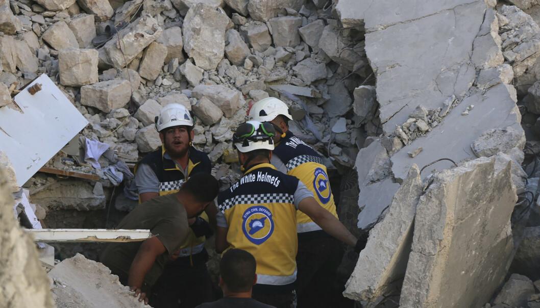 Redningsarbeidere fra gruppen De hvite hjelmene leter etter ofre for mandagens angrep i Maaret al-Numan i Idlib-provinsen. Foto: De hvite hjelmene via AP / NTB scanpix