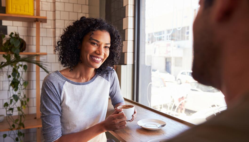 STILL SPØRSMÅL: Hvis samtalen går i stå kan du stille noen gode spørsmål, som for eksempel hvor har du lyst til å reise neste gang og hvorfor? Dette setter garantert i gang samtalen. FOTO: NTB Scanpix