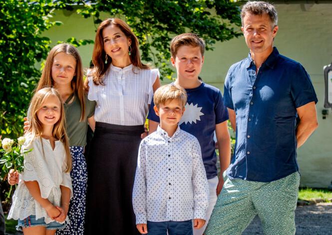 FIN FAMILIE: Kronprinsesse Mary synes det er sårt å tenke på at barna ikke har fått møte mormor Etta. Dette bildet er fra sommeren 2018. FOTO: NTB Scanpix