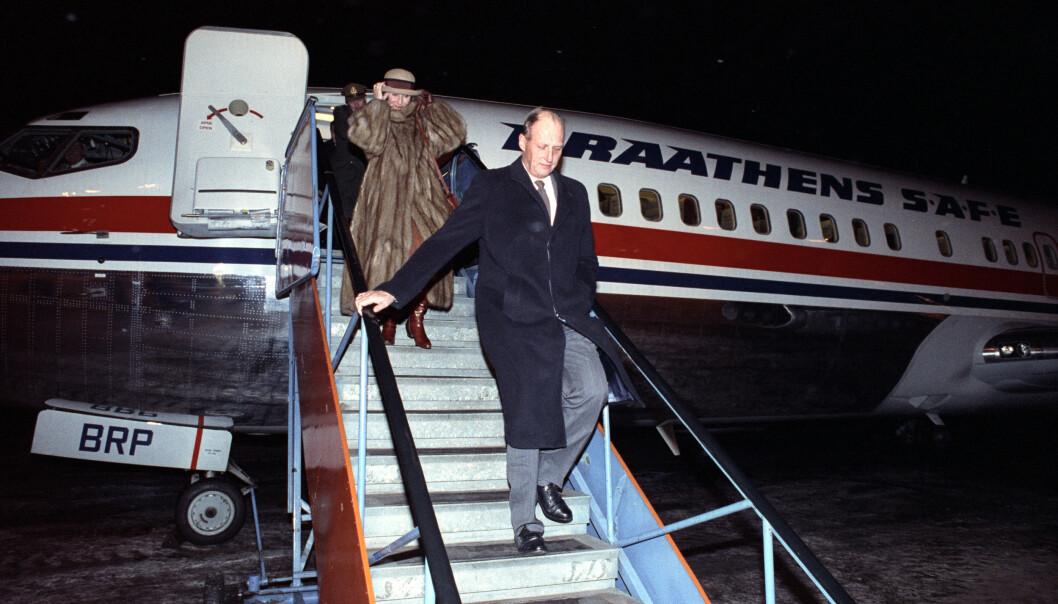 REISEVANT: Det norske kongeparet er bereist - og tar også sine forholdsregler når de skal på offisielle besøk. Her er de på vei ut flytrappa på Svalbard i 1991. Foto: NTB Scanpix