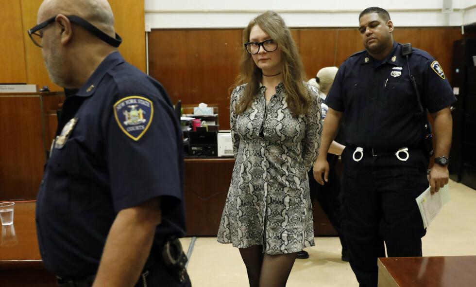 BLE DØMT: Anna Sorokin ble i mai dømt for tyveri av 1,7 millioner kroner. Kvinnen som utga seg for å være en rik arving, og levde et luksusliv i New York i flere år, stilte i stylistplukkede designklær i retten. Foto: NTB scanpix