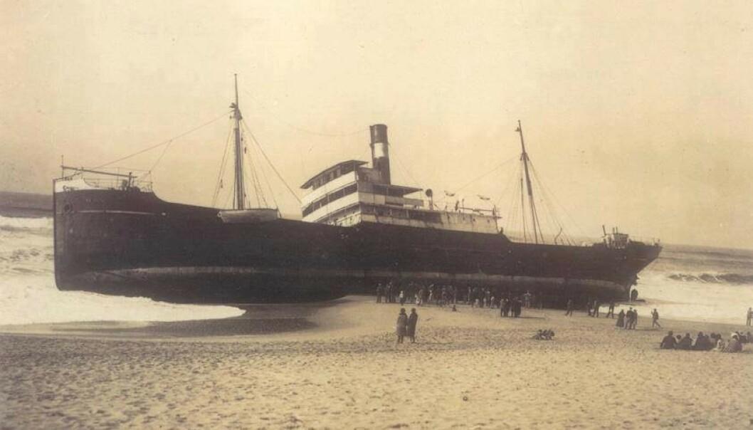 PÅ GRUNN: Det norske skipet «Hav» gikk på grunn utenfor Portugal i 1930. Foto: Torres Vedras Antiga