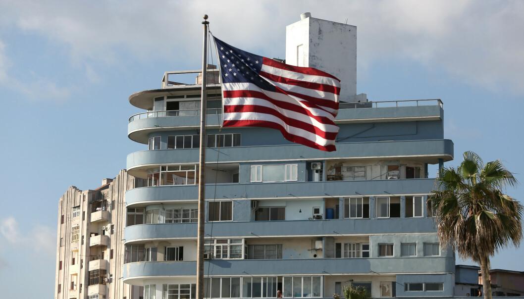 Det amerikanske flagget vaier i et leilighetsbygg i nærheten av USAs ambassade i Cubas hovedstad Havanna. Foto: NTB scanpix / Reuters