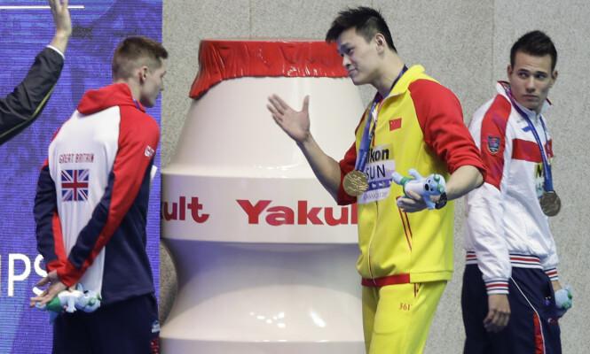 <strong>KONFRONTASJON:</strong> Yang skjelte ut Scott etter seremonien. AP Photo/Mark Schiefelbein