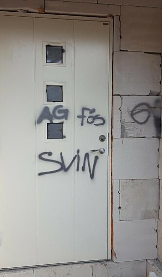 «SVIN»: Det var tagget på vinduer, vegger og dører i omfattende grad. Foto: Privat
