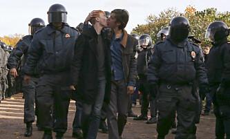 <strong>ULOVLIG KYSS:</strong> Russiske aktivister for homofile rettigheter kysser. Samtidig blir de arrestert av politiet i St.Peterburg i 2013. Foto: Alexander Demianchuk / Reuters