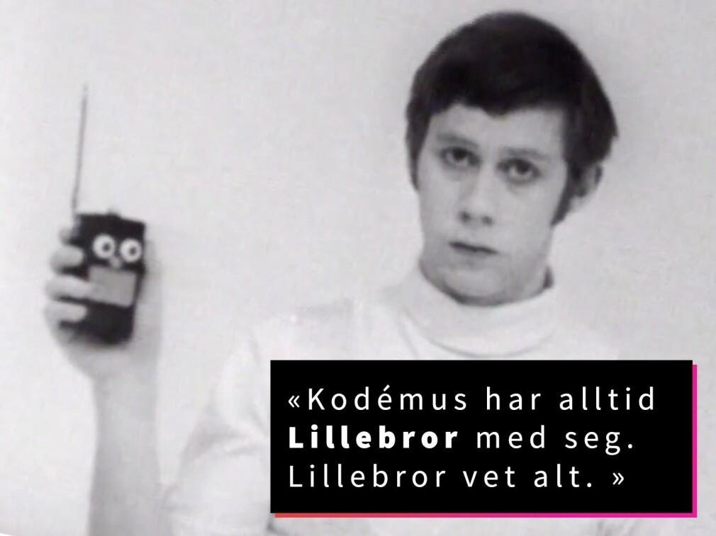 Tor Åge Bringsværds novelle Kodémus ble senere filmatisert av Fjernsynsteatret på NRK. Her står hovedpersonen, spilt av Knut Walle, sammen med dingsen Lillebror, som er skremmende lik dagens mobiltelefoner. Selv om de viste seg å ikke få to øyne, nese og munn. 📸: NRK / kode24