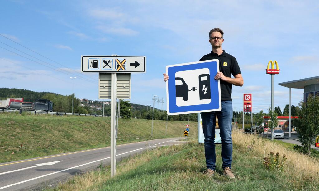 IKKE NOK: NAF vil ha flere skilter langs veien som viser kommende ladestasjoner. Foto: NAF