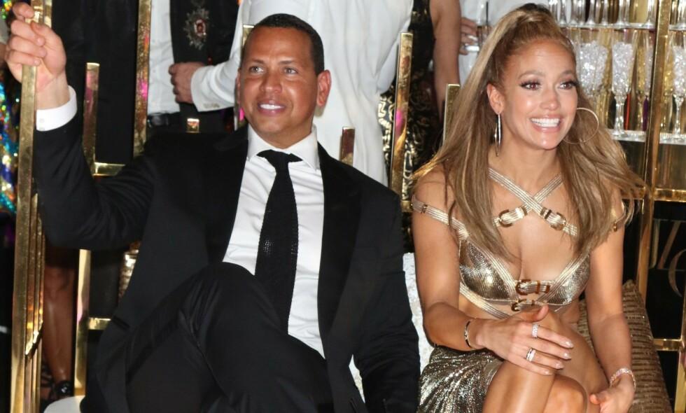 LUKSUSFEST: Da Jennifer Lopez feiret 50 årsdagen sin, inviterte hun kjente og kjære til en storslått bursdagsfeiring i kjent Hollywood-stil. Her er hun avbildet sammen med forloveden, Alex Rodriguez, under feiringen. Foto: NTB Scanpix