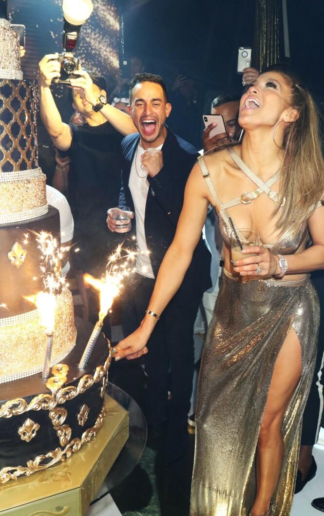 <strong>I VERSACE:</strong> Kjolen til Lopez er designet av Donatella Versace. Foto: Scanpix