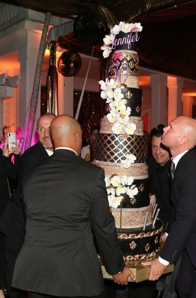 <strong>NOK TIL ALLE:</strong> Kaken på ti etasjer var gull og svart og utsmykket med blomster og bittesmå fyrverkeri. Foto: Scanpix