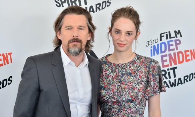 BERØMT FAR: Maya Hawke er datteren til skuespillerparet Ethan Hawke og Uma Thurman. Her er hun med sin far på en prisutdeling i 2018. FOTO: NTB Scanpix