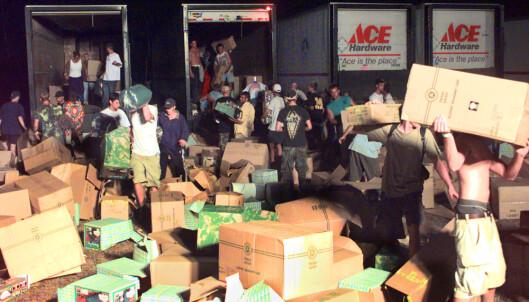 RAIDET LASTEBIL: Flere trailere med forsyninger ble utsatt for plyndrere i kaoset som oppsto. Foto: NTB scanpix