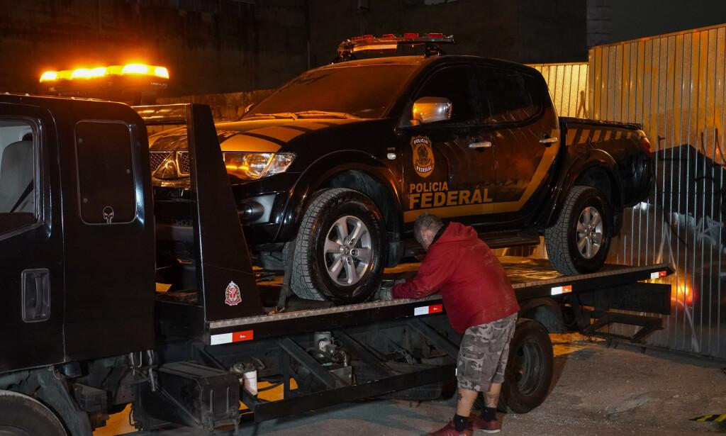 En falsk politibil som ble brukt da gull verdt flere hundre millioner kroner ble stjålet fra flyplassen i São Paulo, blir lastet opp på en lastebil etter at den ble funnet forlatt. Ranerne er fortsatt på frifot. Foto: Victor R. Caivano / AP / NTB scanpix