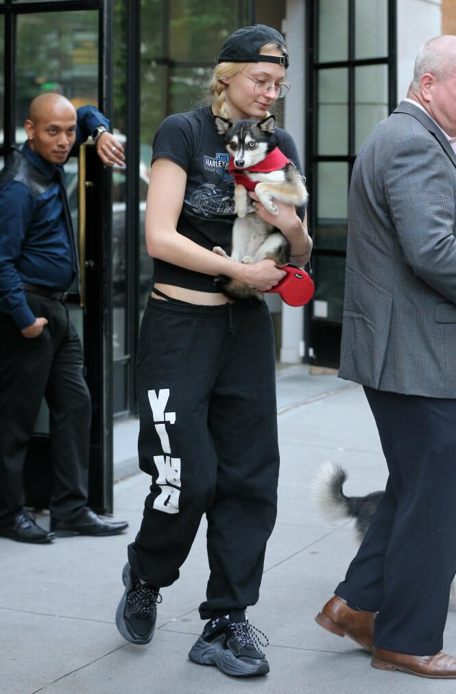 I ÅR: Her er Sophie Turner med en av hundene tidligere i år. Foto: NTB Scanpix