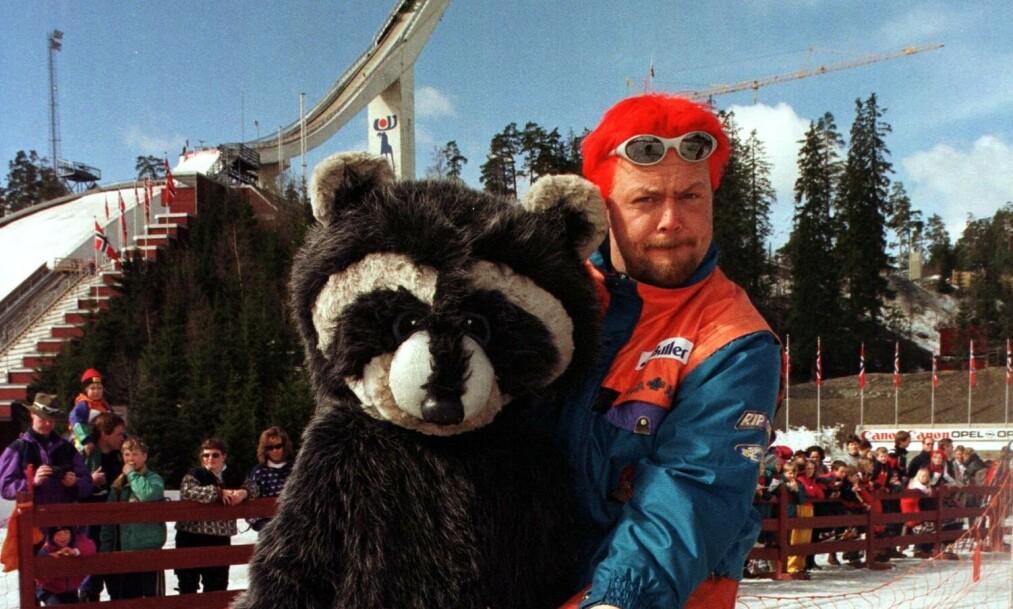 <strong>DEN GANG DA:</strong> Asgeir Borgemoen sammen med vaskebjørnen Vaske fra «Fritt Fram» i 1999. Foto: NTB Scanpix