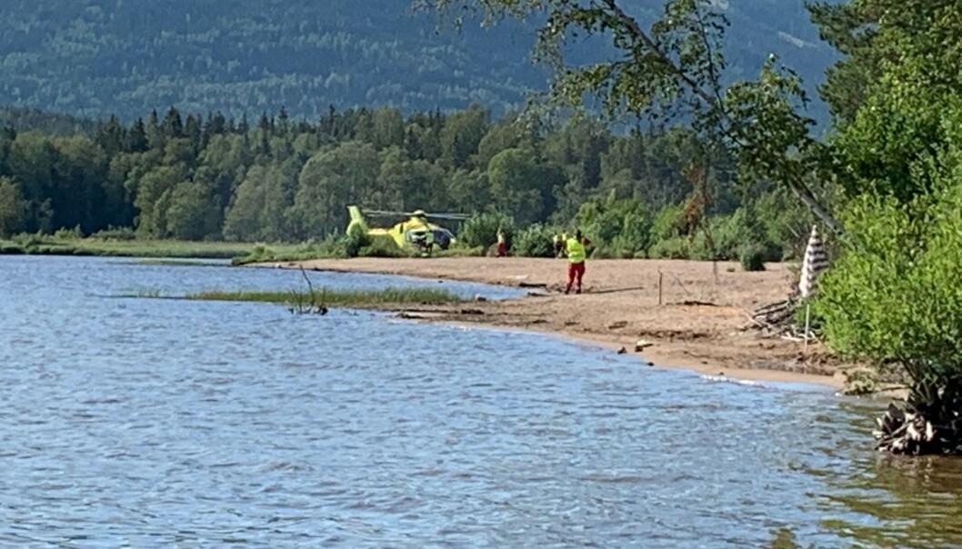 <strong>STOR LETEAKSJON:</strong> Det skal ha vært tre helikoptre på stedet i søket etter mannen i 30-åra. Han ble seinere funnet omkommet. Foto: Christina Honningsvåg