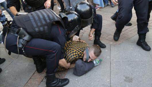 PROTEST: Noen av demonstrantene gjorde motstand, og protesten ble avsluttet da politiet etter hvert klarte å presse dem inn i sidegatene. Foto: AP / NTB Scanpix