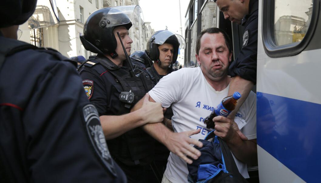 Russisk politi skal ha pågrepet over 600 demonstranter utenfor borgermesterens kontor i Moskva. Foto: AP / NTB scanpix