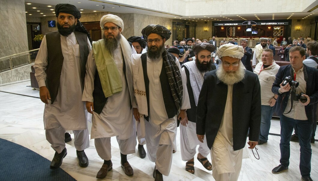 Talibans politiske ledelse avviser at de kommer til Oslo for å forhandle om fred med den afghanske regjeringen 7. august. Dette bildet ble tatt under et besøk opprørernes politiske leder, mulla Abdul Ghani Baradar (nr. tre fra venstre), hadde i Moskva i mai. Foto: AP / NTB scanpix