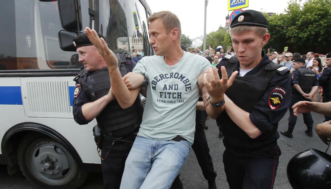 ARRESTERT: Aleksej Navalnyj under en demonstrasjon i juni i år. Etter en ny arrestasjon skal opposisjonslederen ha blitt alvorlig syk søndag. Foto: Reuters / Maksim Sjemetov / NTB Scanpix