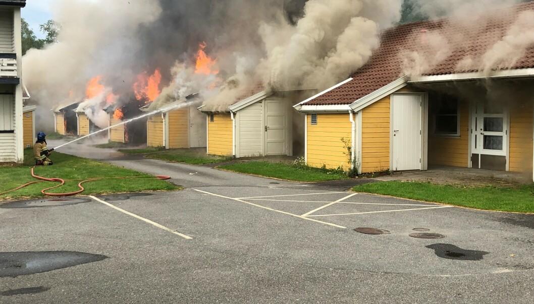 Det brenner i et leilighetsbygg bestående av sju leiligheter i Kvinesdal omsorgssenter, melder 110-sentralen i Agder. Det skal ikke være fare for liv, ifølge politiet. Foto: Tor Magne Gausdal / Avisen Agder / NTB scanpix