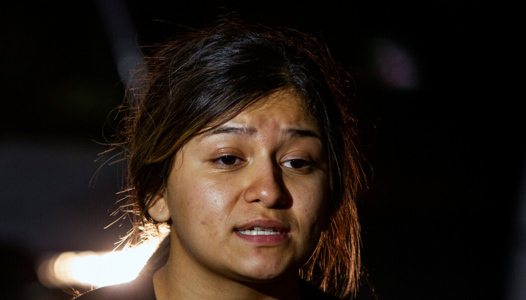 <strong>SÅ ANTATT GJERNINGSMANN:</strong> Litzy Munguia forteller pressen på stedet at hun ble vitne til at den antatte gjerningsmannen ble skutt av politiet. Foto: Reuters / NTB scanpix
