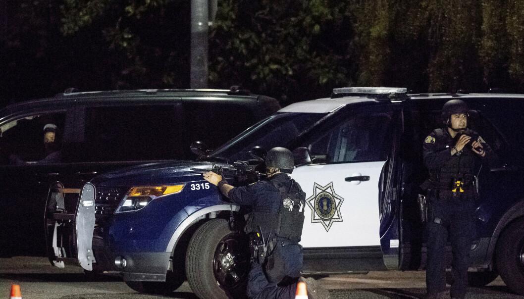 <strong>SØKER:</strong> Politiet er i området og søker etter flere gjerningspersoner. Foto: Noah Berger / AP / NTB scanpix