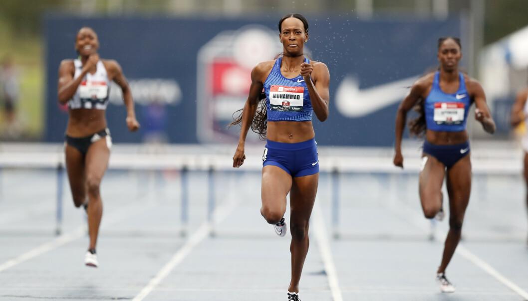 Dalilah Muhammad, i midten, løp inn til ny verdensrekord på 400 m hekk i det amerikanske mesterskapet. (AP Photo/Charlie Neibergall).