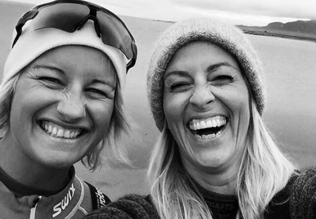 HOLDER FAST VED MINNENE: Jannecke Weeden forteller at hun aldri vil slutte å savne venninnen, men at minnene lever videre. Foto: Privat