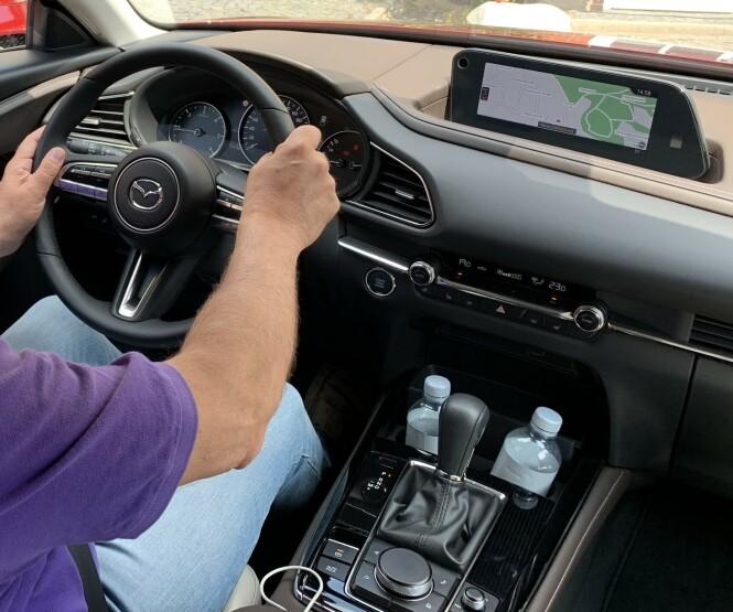 <strong>GOD Å KJØRE:</strong> Kvalitetsfølelsen i interiøret, styringen og kjøreegenskapene satte vi på pluss-siden i vår test av CX-3. Foto: Dinside
