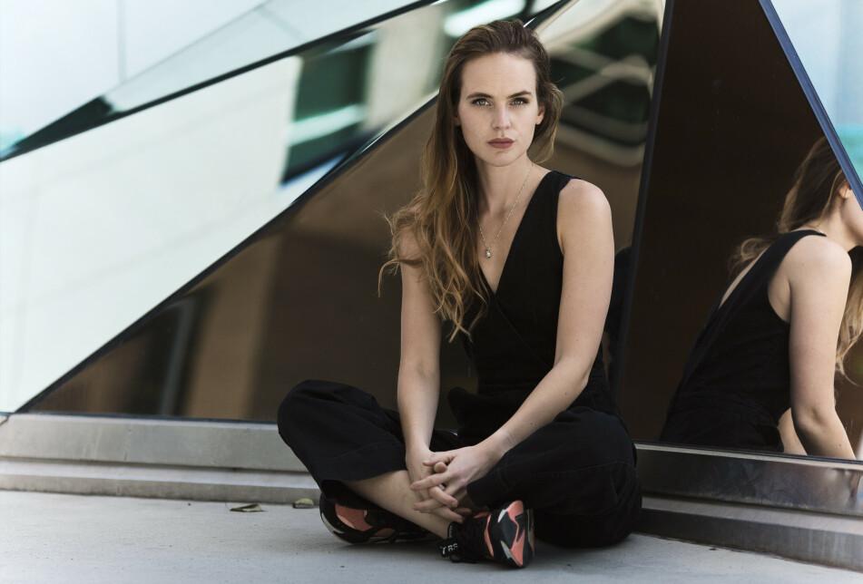 VOKSENSKILLET: Linnea Myhre er for tiden aktuell med sin nye roman «Meg, meg, meg» - som omhandler overgangen fra å være barn til å bli voksen, og det presset som følger med å bli eldre. Det kjenner 29-åringen på personlig også. FOTO: Astrid Waller