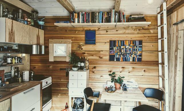 LITE, MEN STORT NOK: Selv om kjøkkenet er lite, har Johansen arrangert middagsselskap og fest for flere personer i minihuset sitt. Foto: privat.