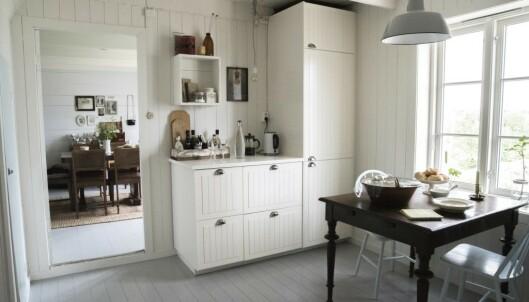 <strong>Hvitt og lyst:</strong> Kjøkkenet er hjertet i huset, det har en stue på hver side. Foto: Irene Jacobsen.