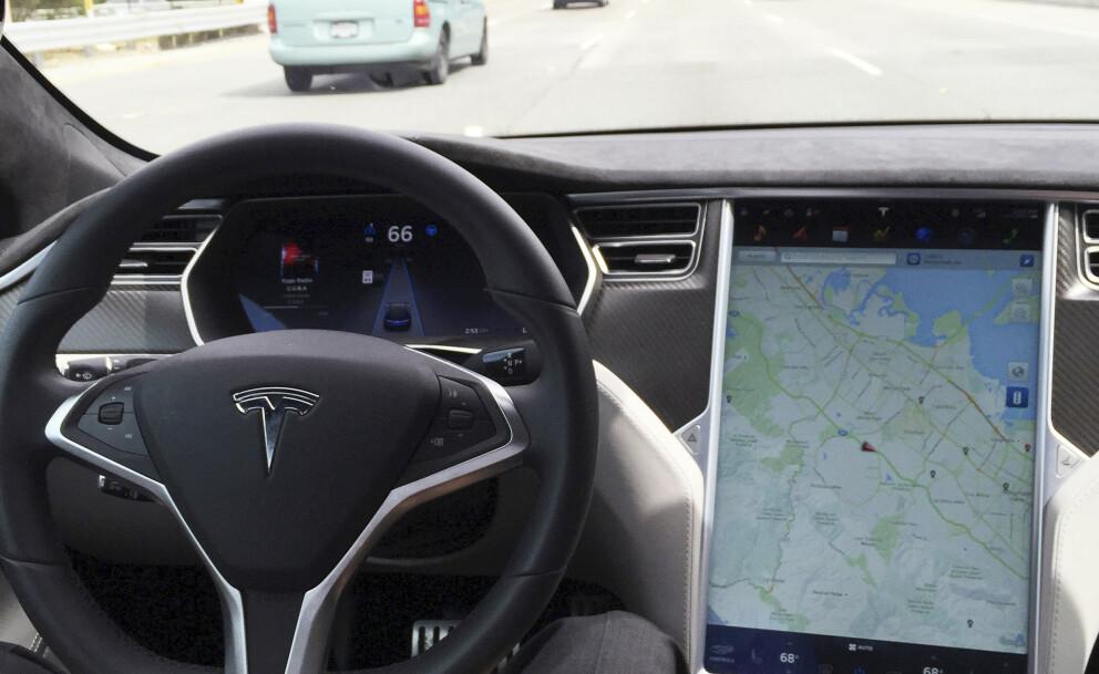 STREAMING: I fremtiden kan du bytte ut kartet med favorittserien på Netflix mens du kjører, sier Tesla-sjefen. Foto: NTB Scanpix