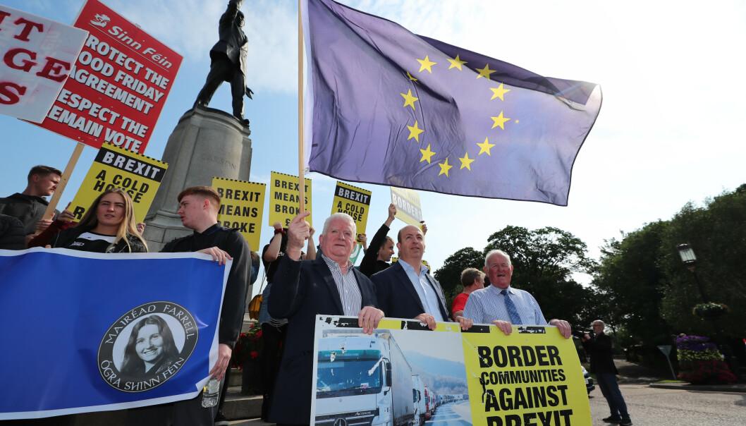 <strong>JA TIL EU:</strong> Folk fra grensestrøkene i Nord-Irland demonstrerte mot statsminister Boris Johnson og mot utmelding av EU da han var på besøk i Belfast. Foto: Liam Mcburney / PA / NTB Scanpix
