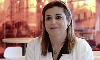 SPIS RIKTIG: Dr, Mari Carmen Lopez ved SEATs medisinske senter forklarer viktigheten av rett kosthold på bilturer. Foto: Skjermdump, SEAT