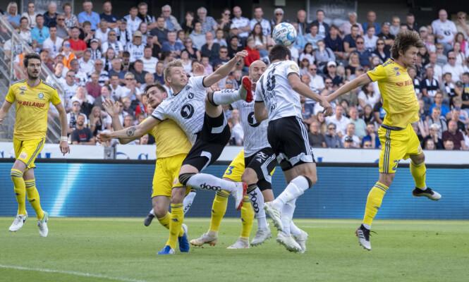 <strong>SPENNENDE KVELD:</strong> Alexander Søderlund og Rosenborg stanget og stanget. Til slutt løsnet det. Foto: Ned Alley / NTB scanpix