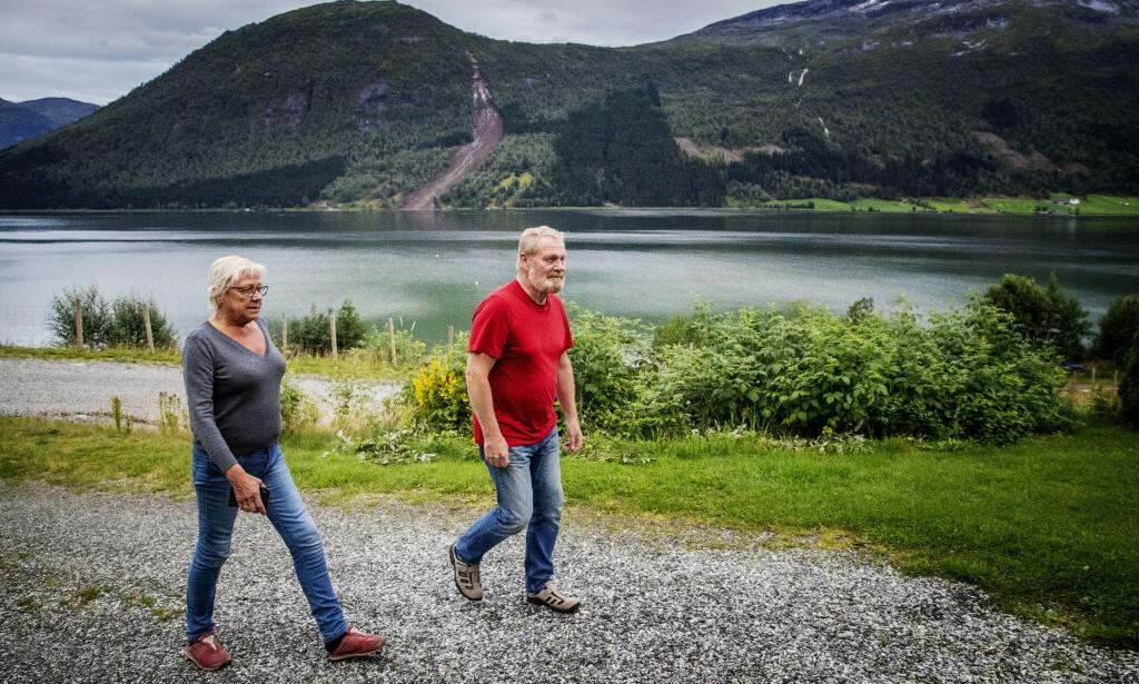 VITNER: Mona Nordsveen Solheim og mannen Norman ble vitne til at en bil ble tatt av raset. Foto: Bjørn Langsem / Dagbladet