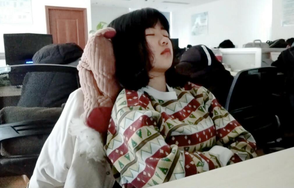 Den kinesiske utvikleren Alva tar seg en lur etter lunsj. Det gjør alle rundt henne også. 📸: Youtube / Alva