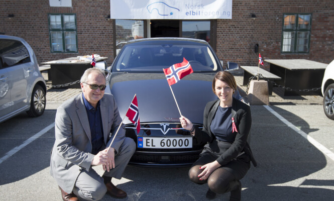 <strong>GAMMEL MORO:</strong> I april 2015 markerte Norsk elbilforening elbil nummer 50.000 i Drammen. Her er generalsekretær Christina Bu sammen med havnedirektør Einar Olsen sammen med nummerskilt EL 60000. Foto: NTB Scanpix