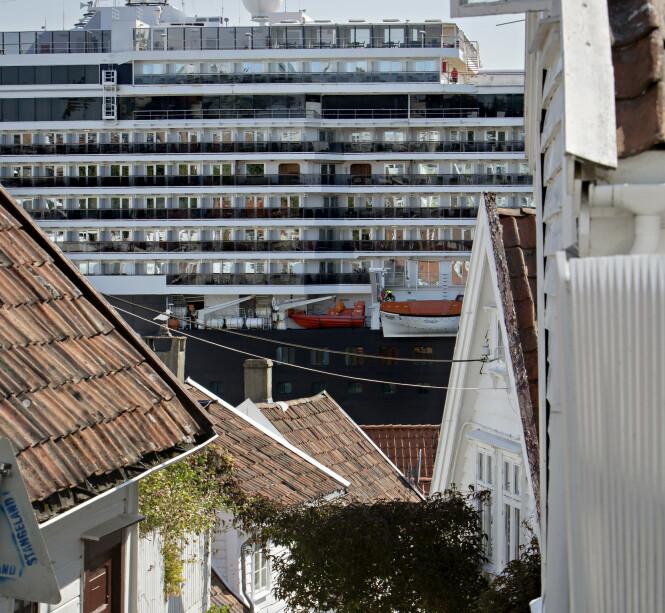 TAR ALL UTSIKT: Innbyggerne i Gamle Stavanger mener cruiseskipene blokkerer for all utsikt og soter ned husene deres. Foto: Kristian Ridder-Nielsen / Dagbladet