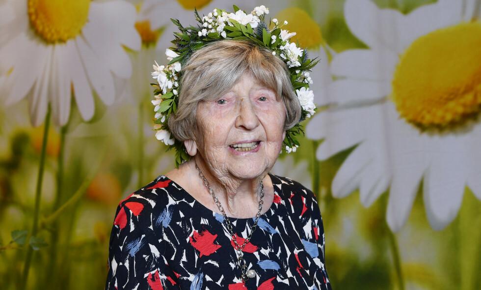 ELDST I VERDEN: Svenske Dagny Carlsson (107) er verdens eldste influenser. På bloggen sin oppdaterer hun daglig leserne sine om hva som opptar henne. Foto: NTB Scanpix