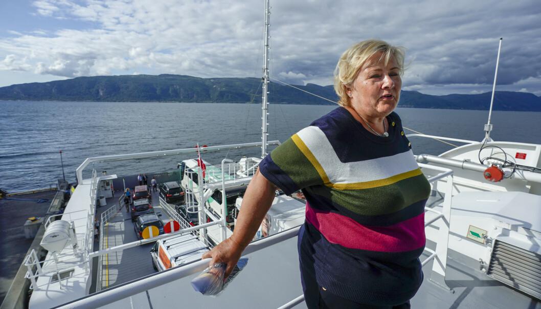Statsminister Erna Solberg om bord på den helelektriske ferja Ampere mellom Oppedal og Lavik i Sognefjorden torsdag. Hun mener regjeringen også må få litt av æren for klimakuttene. Foto: Heiko Junge / NTB scanpix