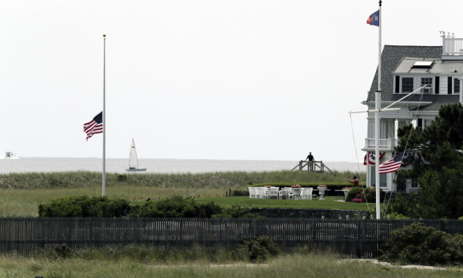 <strong>HALV STANG:</strong> Det ble flagget på halv stang på familiens residens i Hyannis Port i Masachusetts fredag. Foto: NTB Scanpix