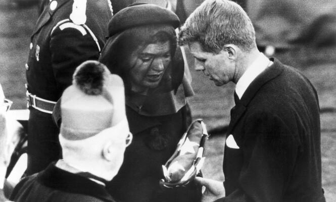 <strong>I SORG:</strong> Her er Robert F. Kennedy sammen med Jackie Kennedy i begravelsen til deres mann og bror, John F. Kennedy, i 1963. Foto: NTB Scanpix