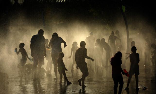 VARMESTE: Folk kjøler seg ned under hetebølgen som traff Madrid i slutten av juni. Foto: Manu Fernandez / AP Photo / NTB Scanpix